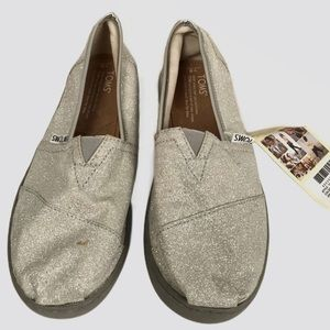 NWT Toms youth sz 6 classic silver canvas flats